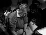Kirjailijan kuva. David Griffiths giving autograph to physics students at IIT Kanpur, 2014