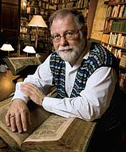 Författarporträtt. Alberto Manguel in his library