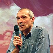 """Author photo. Antoine Audouard, dans le cadre de la semaine littéraire Bibliothèques idéales (Aubette, Strasbourg) By Ji-Elle - Own work, CC BY-SA 3.0, <a href=""""https://commons.wikimedia.org/w/index.php?curid=16611453"""" rel=""""nofollow"""" target=""""_top"""">https://commons.wikimedia.org/w/index.php?curid=16611453</a>"""