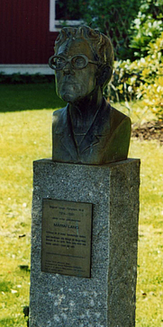 Author photo. Bust of Dagmar Lange/Maria Lang at Strandpromenaden, Nora, Sweden