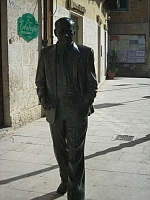 Author photo. ein Foto von einer Figur L. Sciascia in den Strassen von Recalmuto