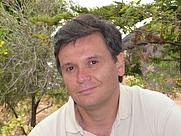 Author photo. Retrato del escritor César Fernández García, reconocido autor español de Literatura infantil y juvenil, especialmente de temática de misterio.