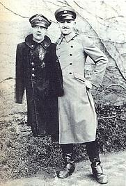 Author photo. Leo de Hartog met pop gebruikt om ontsnapten van Colditz te beschermen. Leo de Hartog with dummie used to protect the escaped from Colditz. (© Johan van Hoppe)