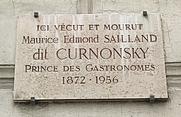 Author photo. Plaque apposée au n° 14 de la place Henri-Bergson, Paris 8e, où vécut et mourut défenestré le critique gastronomique Maurice Edmond Sailland (1872-1956), dit Curnonsky, « le prince des gastronomes »