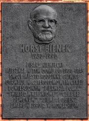 Author photo. Tablica pamiątkowa na ścianie domu rodzinnego Horsta Bienka