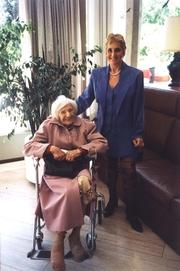 Author photo. Erika Rosenberg mit Emilie Schindler, der Witwe Oskar Schindlers