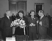 Author photo. 2nd from Left. Jan Campertstichting: Jo Boer krijgt de Vijverbergprijs 1948 voor haar roman Kruis of munt; Jan Elburg krijgt de Jan Campert-prijs voor zijn poëziebundel Klein t(er)reurspel. 11 januari 1949. Van links naar rechts: F. Bordewijk, Jo Boer, Jan Elburg, onbekende. By J.D. Noske (ANEFO) - GaHetNa (Nationaal Archief NL), CC BY-SA 3.0, <a href=&quot;https://commons.wikimedia.org/w/index.php?curid=46117165&quot; rel=&quot;nofollow&quot; target=&quot;_top&quot;>https://commons.wikimedia.org/w/index.php?curid=46117165</a>