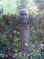 Author photo. Gravestone of Karl Mickel, Berlin, 2006. Image by user SpreeTom / Wikimedia Commons
