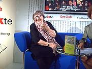Author photo. Sybil Gräfin Schönfeldt auf dem Blauen Sofa der Frankfurter Buchmesse, mit ihrem neuen Buch: Bei Astrid Lindgren zu Tisch. Date 12 October 2007 AuthorWettach