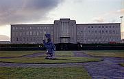 Author photo. Denkmal für Sæmundur vor der Háskóli Íslands