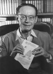 """Author photo. Heinrich Spoerl: Der Schriftsteller mit seinem erfolgreichsten Werk, """"Die Feuerzangenbowle"""". Der 1933 erschienene Roman ist bis heute mehr als eine Million mal verkauft und gleich drei Mal verfilmt worden."""