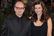 Author photo. Jules Asner and Steven Soderbergh in 2009, attending the 66th Venice International Film Festival By nicolas genin from Paris, France - 66ème Festival de Venise (Mostra), CC BY-SA 2.0, <a href=&quot;https://commons.wikimedia.org/w/index.php?curid=8470365&quot; rel=&quot;nofollow&quot; target=&quot;_top&quot;>https://commons.wikimedia.org/w/index.php?curid=8470365</a>