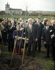 Author photo. Yukiko Sugihara, widow of Chiune Sugihara, and president of Lithuania Valdas Adamkus
