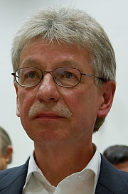 "Author photo. Reinhard Jirgl, deutscher Schriftsteller By Sigismund von Dobschütz - Own work, CC BY-SA 3.0, <a href=""//commons.wikimedia.org/w/index.php?curid=29477138"" rel=""nofollow"" target=""_top"">https://commons.wikimedia.org/w/index.php?curid=29477138</a>"
