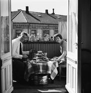 Author photo. Motivtittel: Hos Hroar Dege med frue, Ektepar, mann: kokk, restauratør. Avbildet sted bolig, interiør, balkong med oppdekning, måltid, skalldyr, vinkjøler. Sted: Norge, Oslo, Majorstuen, Bogstadveien 47 Historikk: Rigmor Dahl Delphin (1908-1993) var ansatt som fotograf i ukebladet Alle Kvinner. Hennes negativarkiv ble i 2005 overført Oslo Bymuseum fra Gyldendal Norsk Forlag som var utgiver av bladet. Fotografering: 1965 Fotograf: Delphin, Rigmor Dahl Inventarnr.: OB.RD4277a Institusjon: Oslo Museum