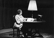 Author photo. Alice Herdan-Zuckmayer bei einer Lesung in Deutschen Theater Göttingen