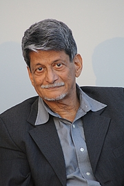 """Foto de l'autor. Indian writer Kiran Nagarkar at the bookfair of Leipzig 2013 By Amrei-Marie - Own work, CC BY-SA 3.0, <a href=""""https://commons.wikimedia.org/w/index.php?curid=25176753"""" rel=""""nofollow"""" target=""""_top"""">https://commons.wikimedia.org/w/index.php?curid=25176753</a>"""