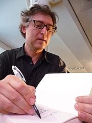"""Fotografia dell'autore. Michel Onfray, philosophe, lors d'une conférence intitulée """"Le postanarchisme expliqué à ma grand-mère"""" au Théâtre du Rond-Point (Paris, France) le 20 mai 2010."""