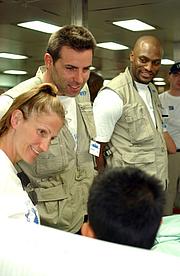 Kirjailijan kuva. Kurt Warner (center) photo by Journalist 3rd Class Isaac Needleman