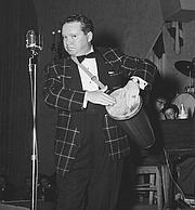 Kirjailijan kuva. Photo of radio actor Bill Thompson performing for a US Navy benefit in 1953 [credit: U.S. Navy]