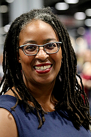 "Fotografia de autor. Dungy at the 2018 U.S. National Book Festival By Fuzheado - Own work, CC BY-SA 4.0, <a href=""https://commons.wikimedia.org/w/index.php?curid=72310771"" rel=""nofollow"" target=""_top"">https://commons.wikimedia.org/w/index.php?curid=72310771</a>"