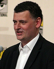 """Forfatter foto. Steven Moffat taken by <a href=""""http://www.flickr.com/people/85979850@N00"""" rel=""""nofollow"""" target=""""_top"""">Ewen Roberts</a> at Comic Con 2008."""