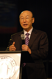 """Fotografia de autor. Photo by <a href=""""http://flickr.com/photos/itsrainin/sets/72157607876564834/with/2942771496/"""">Jamie Zachary</a> - Dr. David Yonggi Cho at 2008 <i>Shake The Nations</i> Conference"""