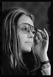 Författarporträtt. Gloria Steinem (1934-   )<br> News conference, Women's Action Alliance. <br>Photograph by Warren K. Leffler, Jan. 12,  1972.<br> (U.S. News and World Report Collection, <br>Library of Congress Prints and Photographs Division)