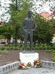 Kirjailijan kuva. Statue of Attila József, Szeged, Hungary.  Photo by user Váradi Zsolt / Wikimedia Commons.