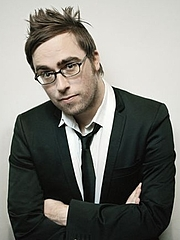 """Kirjailijan kuva. Danny Wallace in 2008 By Rich Hardcastle - Published by Katie Johnson (Ebury publishing), asserting exclusive copyright over the image, CC BY 3.0, <a href=""""https://commons.wikimedia.org/w/index.php?curid=18727129"""" rel=""""nofollow"""" target=""""_top"""">https://commons.wikimedia.org/w/index.php?curid=18727129</a>"""