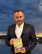 """Kirjailijan kuva. Jesús Sánchez Adalid with book """"En Tiempos de Papa Sirio"""""""