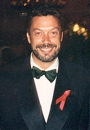 Photo de l'auteur(-trice). Tim Curry (Actor/Singer) ~ Photo by Alan Light, 1994 (Cropped, Wikimedia/Flickr)