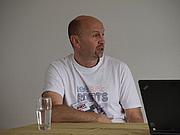 Foto de l'autor. Photo by Wikipedia user JIP. Simon Furman doing a presentation speech at NTFA NordCon 2010 in Aalborg, Denmark.