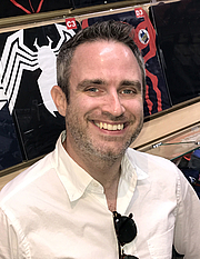 """Foto de l'autor. Comics writer Nick Spencer at a July 12, 2018 signing for The Amazing Spider-Man (Vol 5) #1, at Midtown Comics Downtown in Manhattan. This photo was created by Luigi Novi. By Luigi Novi, CC BY 4.0, <a href=""""//commons.wikimedia.org/w/index.php?curid=70818158"""" rel=""""nofollow"""" target=""""_top"""">https://commons.wikimedia.org/w/index.php?curid=70818158</a>"""