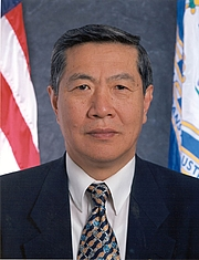 "Forfatter foto. ""Dr Lee Official State Photo"" by Zrosen88 - Own work. Licensed under CC BY-SA 3.0 via Wikimedia Commons - <a href=""https://commons.wikimedia.org/wiki/File:Dr_Lee_Official_State_Photo.jpg#/media/File:Dr_Lee_Official_State_Photo.jpg"" rel=""nofollow"" target=""_top"">https://commons.wikimedia.org/wiki/File:Dr_Lee_Official_State_Photo.jpg#/media/File:Dr_Lee_Official_State_Photo.jpg</a>"