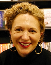 """Fotografia de autor. Jessica Fellowes, Hatchards, London, November 2018 By Edwardx - Own work, CC BY-SA 4.0, <a href=""""//commons.wikimedia.org/w/index.php?curid=74844289"""" rel=""""nofollow"""" target=""""_top"""">https://commons.wikimedia.org/w/index.php?curid=74844289</a>"""