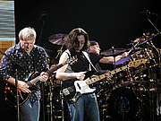 """Forfatter foto. <a href=""""http://en.wikipedia.org/wiki/File:Rush-in-concert.jpg"""" rel=""""nofollow"""" target=""""_top"""">Canadian rock band Rush, in concert in Milan, Italy.</a>"""