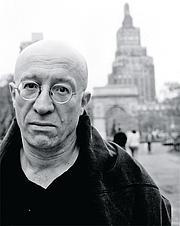 Författarporträtt. Tony Judt in Washington Square Park, 2001.