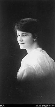 "Foto de l'autor. Portrait of author Flora Syndey Eldershaw (1897-1956) [picture] [ca. 1915]<br><a href=""http://www.nla.gov.au"">National Library of Australia</a>, nla.pic-an12004673"