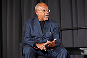 Foto de l'autor. Henry Louis Gates Jr. speaks on a panel about race in America on the Understanding Our World Stage at the National Book Festival, August 31, 2019. Photo by Shawn Miller/Library of Congress.