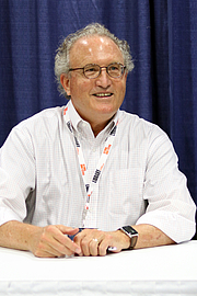 "Photo de l'auteur(-trice). Mark Bowden at the 2018 U.S. National Book Festival By Fuzheado - Own work, CC BY-SA 4.0, <a href=""https://commons.wikimedia.org/w/index.php?curid=72309128"" rel=""nofollow"" target=""_top"">https://commons.wikimedia.org/w/index.php?curid=72309128</a>"