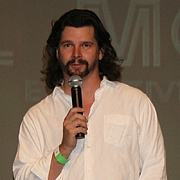"""Fotografia de autor. Ronald D. Moore at a Battlestar Galactica Convention on August 27, 2006 in Burbank, California, taken by Cbrown1023's father. <a href=""""http://en.wikipedia.org/wiki/File:RonaldDMoore.jpg"""" rel=""""nofollow"""" target=""""_top"""">http://en.wikipedia.org/wiki/File:RonaldDMoore.jpg</a>"""
