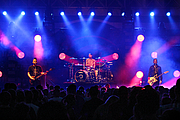 """Forfatter foto. Blink-182 performing at the Innsbrook Pravilion as a part of XL102's Big Field Day in Richmond, Virginia on June 18, 2016. From left to right: Mark Hoppus, Travis Barker, and Matt Skiba. By Will Fisher from Richmond, VA, United States - Blink 182, CC BY-SA 2.0, <a href=""""https://commons.wikimedia.org/w/index.php?curid=50368373"""" rel=""""nofollow"""" target=""""_top"""">https://commons.wikimedia.org/w/index.php?curid=50368373</a>"""