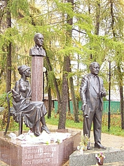 Kirjailijan kuva. Monument to Anna Akhmatova, her husband Nikolay Gumilyov and their son Lev Gumilev in Bezhetsk
