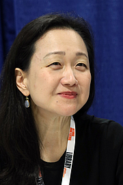 """Forfatter foto. Min Jin Lee at the 2018 U.S. National Book Festival By Fuzheado - Own work, CC BY-SA 4.0, <a href=""""https://commons.wikimedia.org/w/index.php?curid=72309976"""" rel=""""nofollow"""" target=""""_top"""">https://commons.wikimedia.org/w/index.php?curid=72309976</a>"""