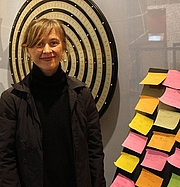 Foto del autor. Janne Stigen Drangsholt (fødd 12. april 1974)er ein norsk forfattar frå Sandnes.Ho debuterte i 2011 med romanen Humlefangeren. Drangsholt bur i Stavanger og arbeider som fyrsteamanuensis i britisk litteratur ved Universitetet i Stavanger.