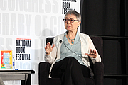 "Foto de l'autor. Sigrid Nunez gives a presentation in the Fiction Stage at the National Book Festival, August 31, 2019. Photo by Ralph Small/Library of Congress. By Library of Congress Life - 20190831RS0155.jpg, CC0, <a href=""https://commons.wikimedia.org/w/index.php?curid=82899232"" rel=""nofollow"" target=""_top"">https://commons.wikimedia.org/w/index.php?curid=82899232</a>"