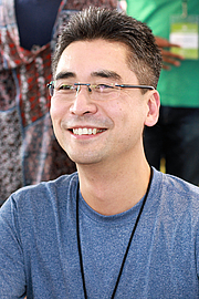 "Foto do autor. Author Kazu Kibuishi at the 2018 Texas Book Festival in Austin, Texas, United States. By Larry D. Moore, CC BY-SA 4.0, <a href=""https://commons.wikimedia.org/w/index.php?curid=74247661"" rel=""nofollow"" target=""_top"">https://commons.wikimedia.org/w/index.php?curid=74247661</a>"