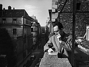 Foto del autor. Albert Camus smoking upstairs from his publishing office.