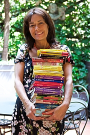 """Foto de l'autor. Dami with a few Geronimo Stilton books By Andrea Costa - Creative Director - Own work, CC BY-SA 4.0, <a href=""""//commons.wikimedia.org/w/index.php?curid=63310965"""" rel=""""nofollow"""" target=""""_top"""">https://commons.wikimedia.org/w/index.php?curid=63310965</a>"""
